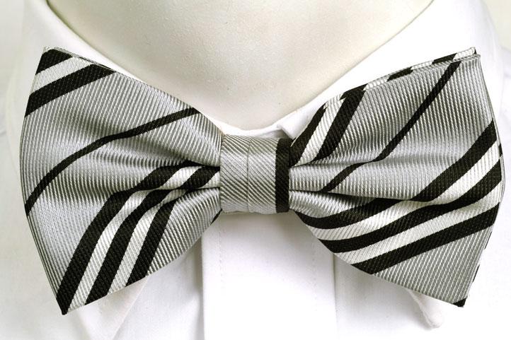 Knuten Fluga i Siden - Ljusgrå botten och ränder i svart och vitt