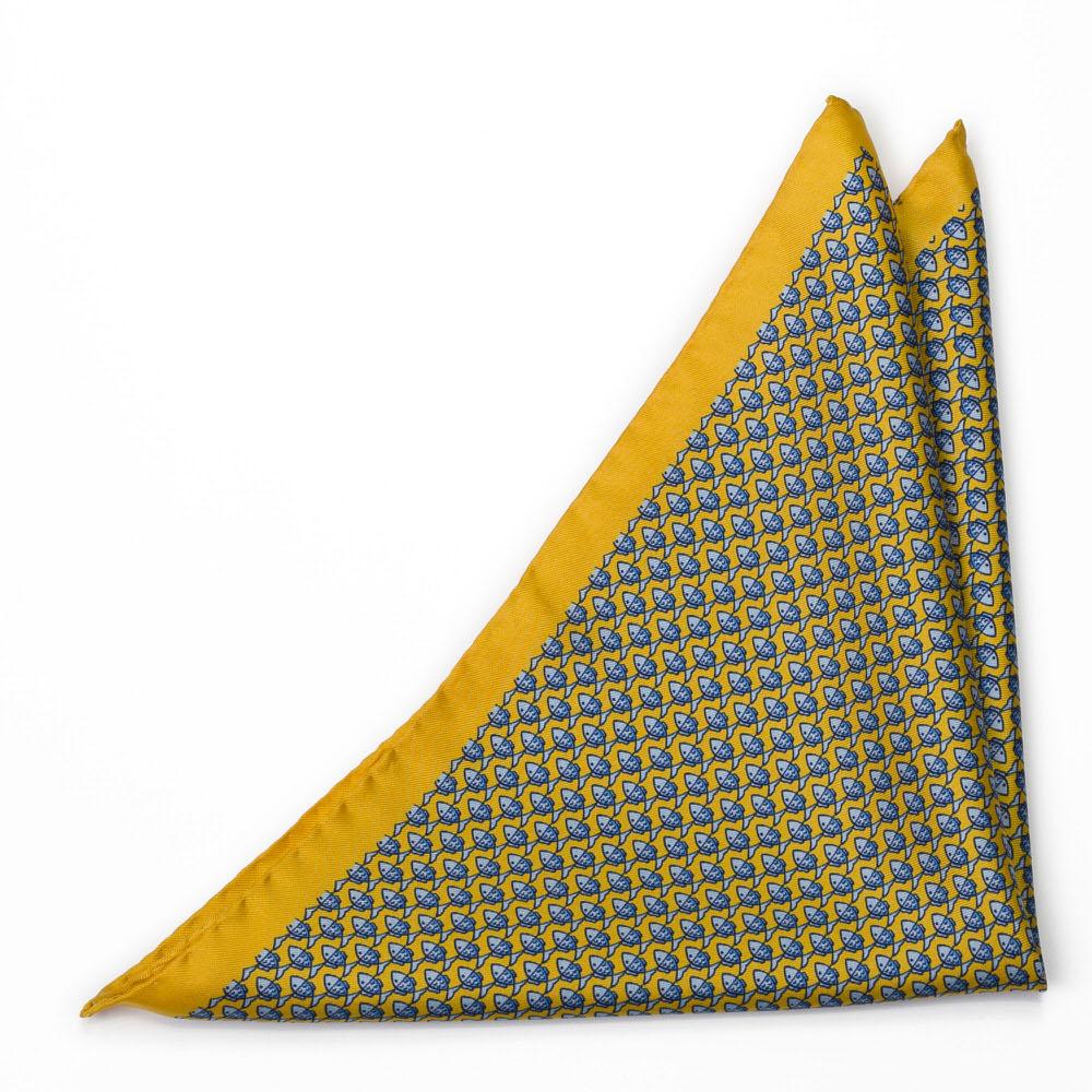 Bröstnäsduk i Siden - Småmönstrat, blått fiskmotiv på gult