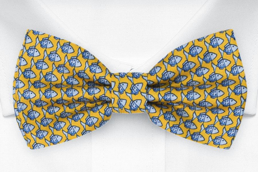 Knuten Fluga i Siden - Småmönstrat, blått fiskmotiv på gult