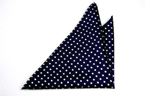 Bröstnäsduk i Siden - Marinblå botten och mjölkvita prickar - Notch GASTON