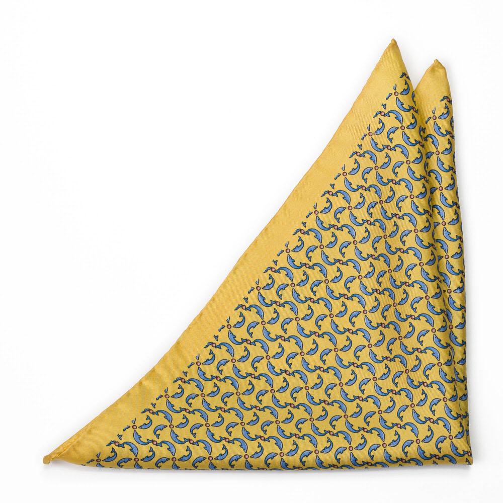 Bröstnäsduk i Siden - Små, stiliserade delfiner på gult