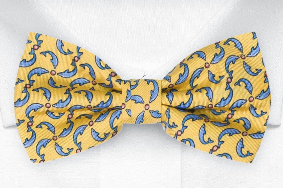 Knuten Fluga i Siden - Små, stiliserade delfiner på gult