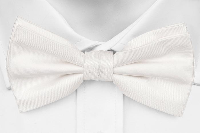 Knuten Fluga i Siden - Enfärgad vit botten med lite struktur - Notch JARMO