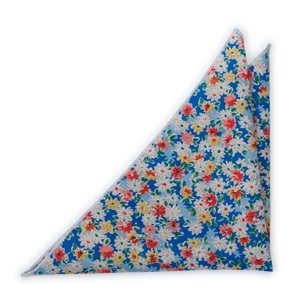 Bröstnäsduk i Bomull - Vita, röda, laxrosa & vita blommor på blå bas