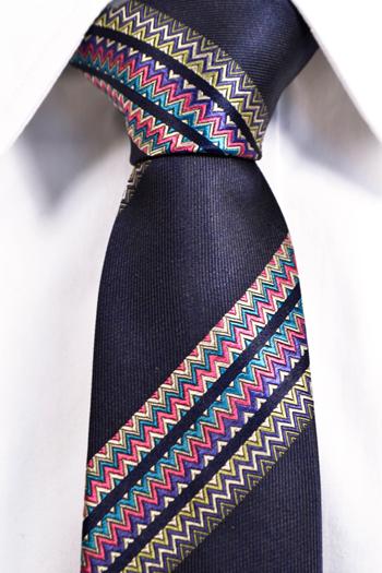 Smal Slips i Siden - Marinblå bas med ett flerfärgat zickzack mönster