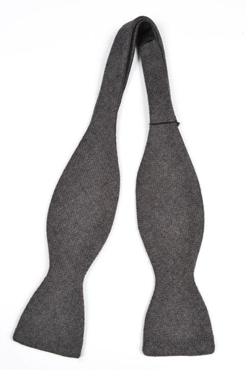 Oknuten Fluga i Ull - Har en enfärgad grå bas. Håll halsen på topp!
