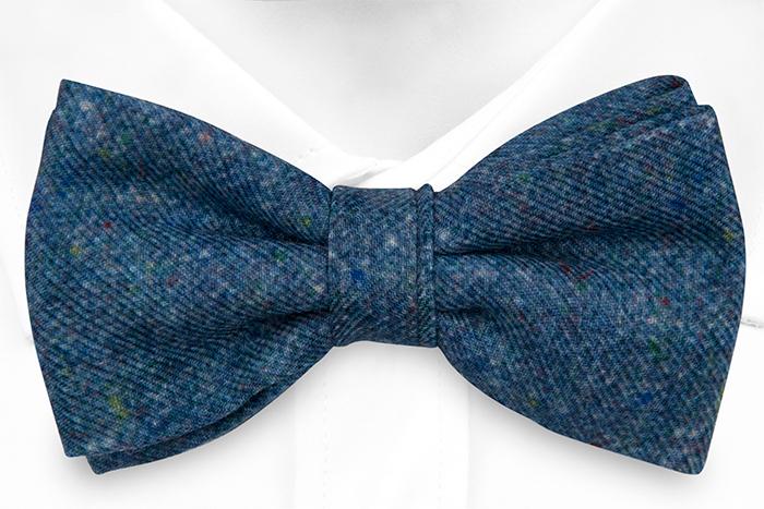 Knuten Fluga i Ull - Blå bas strösslad med färgprickar - Notch MACULATO Blue