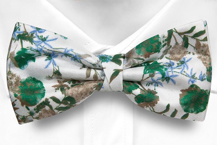 Knuten Fluga i Siden - Gröna, blå och beigea blommor på vitt