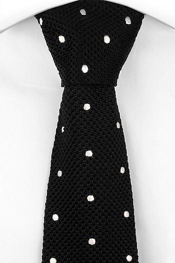 Slips i Stickat - Svart moss-stickad siden, sydda vita polkaprickar