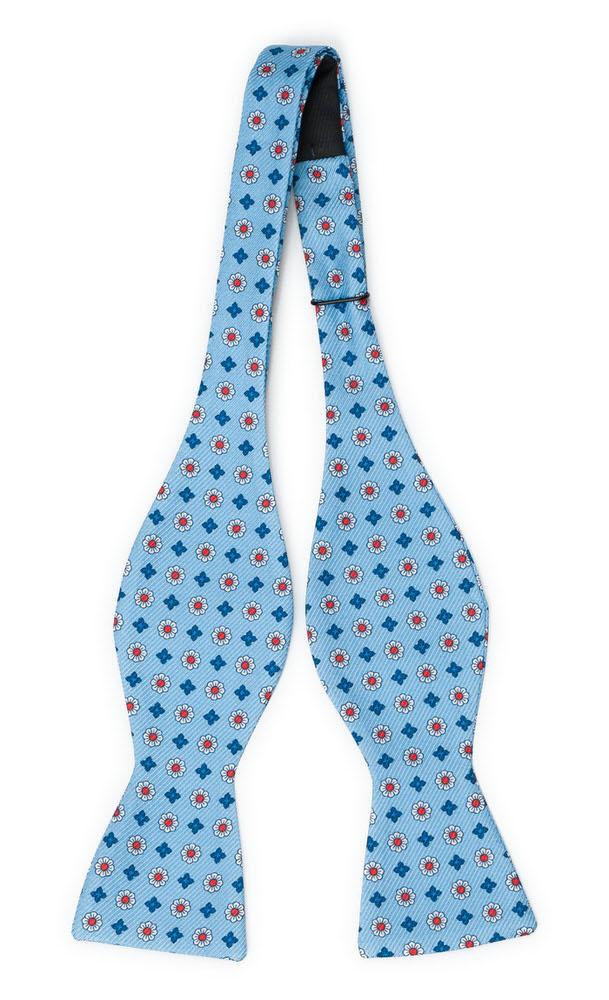 Oknuten Fluga i Siden - Små, stiliserade blommor på ljusblått