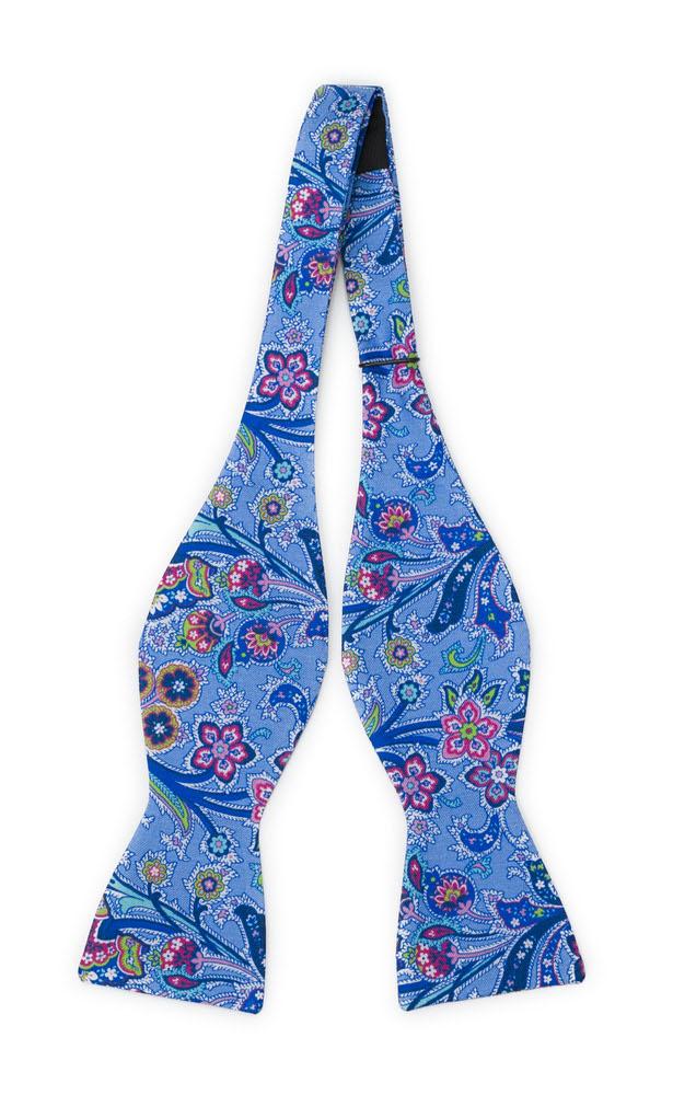 Oknuten Fluga i Siden - Surrealistiska, flerfärgade blommor på mellanblått