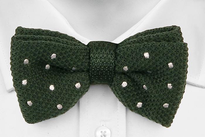 Knuten Fluga i Stickat - Grön moss-stickad ull med sydda vita prickar